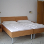Soba z dvema enojnima posteljamama